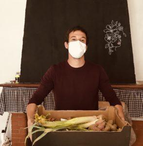Brice prépare les paniers locaux
